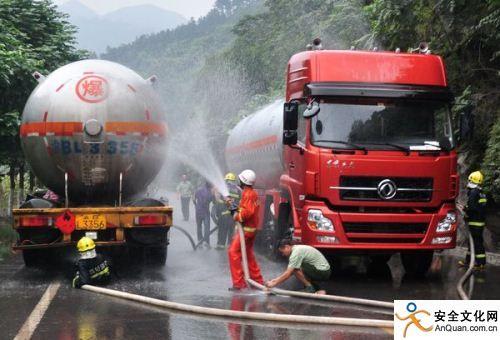 消防官兵正在处置罐车泄漏
