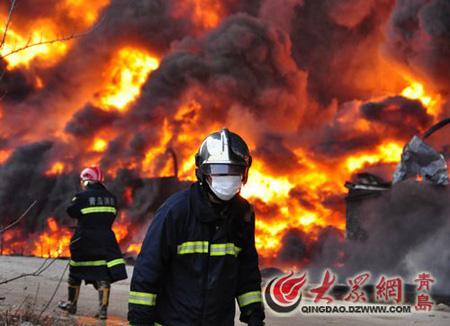 青岛保税港区大火仍在扑救 空气中未检出有毒物质