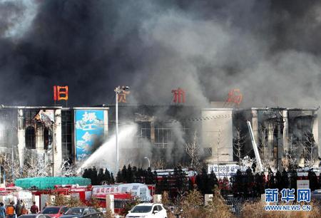 大连一旧货市场起火 大火持续10余小时