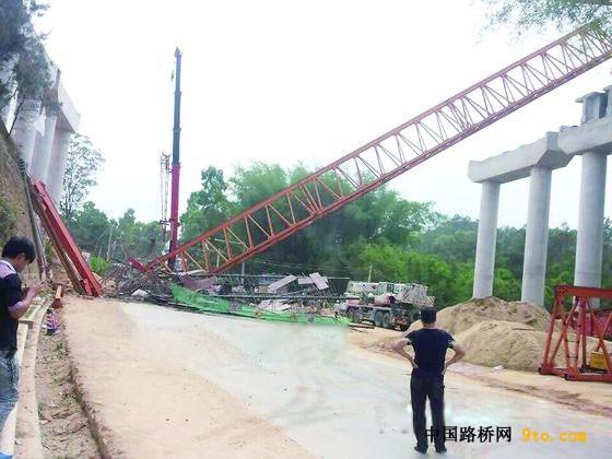 包茂高速信宜朱砂段施工现场桥梁架设导梁坍塌