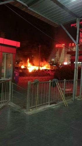 北京丰台一小区门口发生火灾 5辆汽车受损