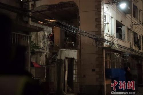 上海杨浦区一幢四层楼房外立面发生坍塌 1人受伤