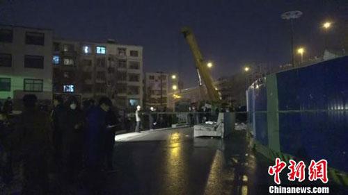 河南郑州一高架桥工地坍塌砸中公交车 致1死8伤