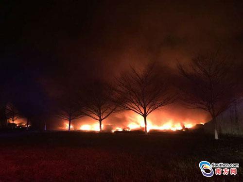 广东清远一塑胶厂失火 过火面积约600平