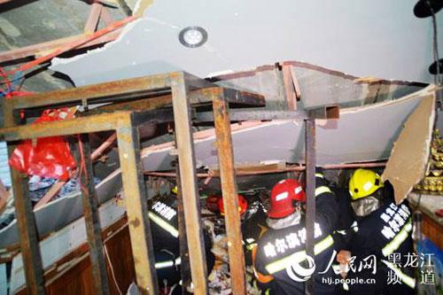 黑龙江哈尔滨一饭店屋顶坍塌 致1死1伤