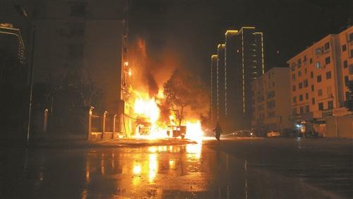 浙江台州一甲醇运输车爆炸 隔壁居民楼起火