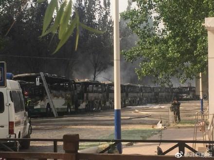 北京蟹岛度假村停车场大巴起火