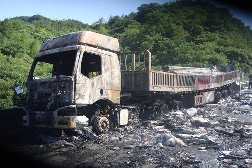 浙江杭州高速上两货车相撞 一车瞬间起火爆炸