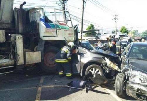 台湾台北一搅拌车连撞20多车 已致4死9伤