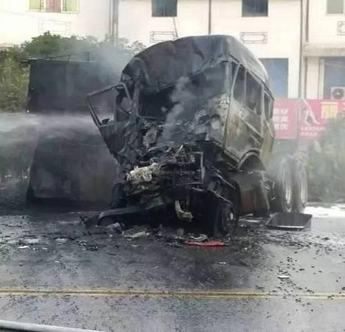 四川绵阳两车发生交通事故引发火灾 致3死4伤