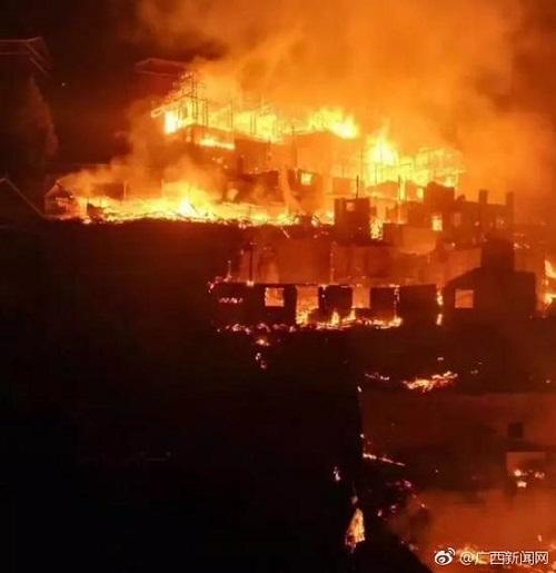 广西三江独峒镇发生寨火 10座民房烧毁2人遇难