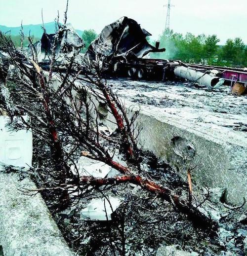 湖北麻城沪蓉高速上一货车起火爆炸 致化学品泄漏至举水河