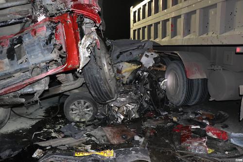 四川眉山成乐高速货车追尾轿车 致5人死亡