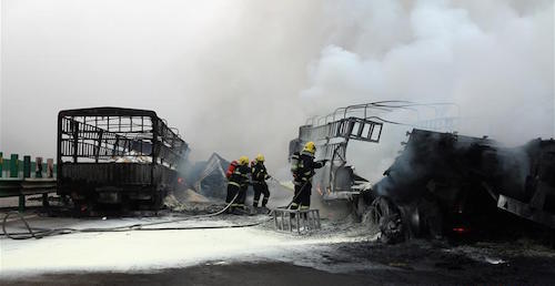 甘肃天水危化品车被追尾后起火 造成1死1伤